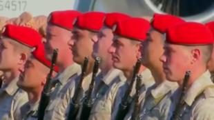 جنود روس في قاعدة عسكرية روسية في سوريا