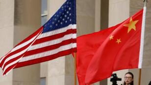 العلمان الصيني والأميركي