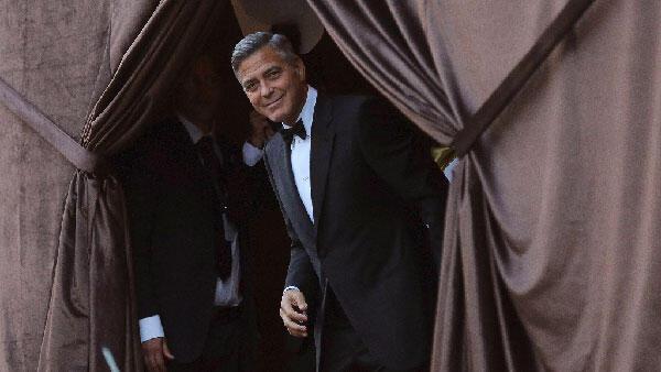 لحظة وصول كلوني إلى مكان العرس