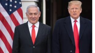 الرئيس الأمريكي دونالد ترامب يستقبل رئيس الوزراء الإسرائيلي بنيامين نتنياهو (يسار) للاجتماعات في البيت الأبيض في واشنطن العاصمة ، 25 مارس