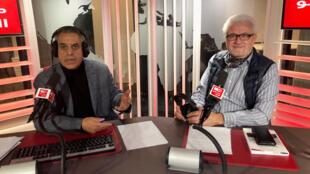 حسان التليلي رفقة إدمون عبد المسيح ( على اليمين في الصورة) في استديو مونت كارلو الدولية بباريس