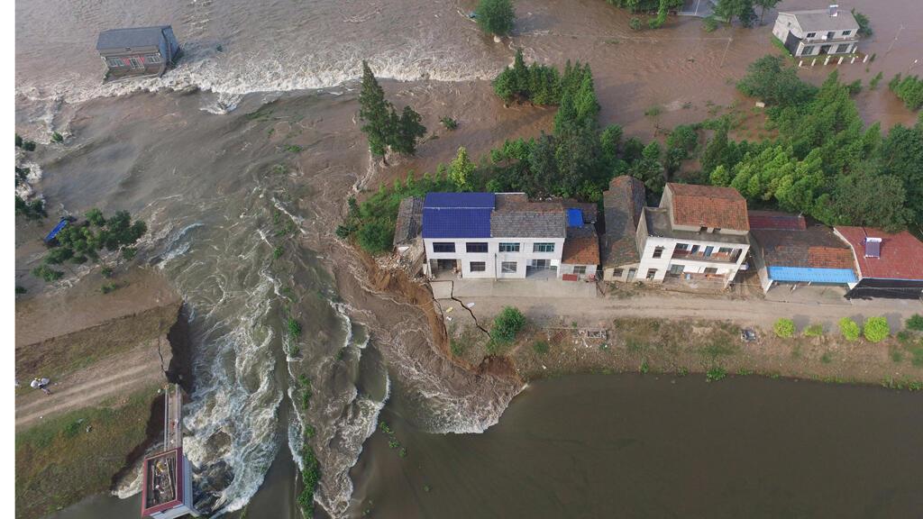 انهيار منازل نتيجة الفيضانات في الصين