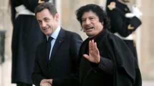معمر القذافي مع نيكولا ساركوزي-