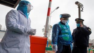 لباس الأقنعة في الصين وقايةً من كورونا فيروس