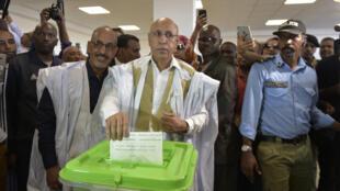المرشح الرئاسي محمد ولد الغزواني (وسط) يدلي بصوته في مركز اقتراع يوم 22 يونيو 2019 في نواكشوط خلال الانتخابات الرئاسية في موريتانيا. الناخبون في دولة موريتانيا بغرب إفريقيا