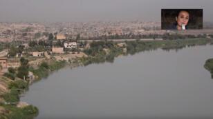 مراسلة مونت كارلو الدولية في سوريا صفاء مكنّا بالقرب من مطار دير الزور