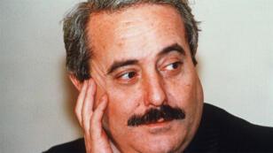 المدعي العام الإيطالي جيوفاني فالكونيه،يعود إليه الفضل في القضاء على مافيا كوزا نوسترا الصقلية، اغتيل بتفجير هائل أثناء سفره قرب باليرمو