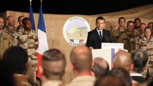 ماكرون متحدثاً إلى جنود فرنسيين خلال زيارته إلى القاعدة الجوية الفرنسية في العاصمة النيجيرية