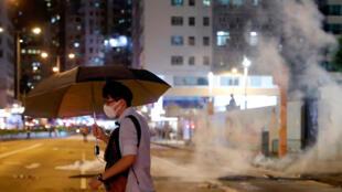 متظاهر في هونغ كونغ وسط سيل من الغاز المسيل للدموع