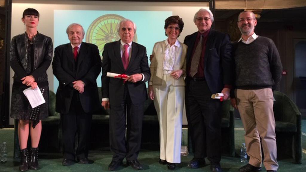 """الشاعر هنري زغيب في فيرونا محاطاً برئيسة الأكاديمية العالمية للشعر """"باتريسيا مارتللو"""" ومدير عام الأكاديمية """"لورا ترويزي"""" و""""غاستون بلمار"""" من كيبيك، والحائز أيضاً على الجائزة، والبروفسور """"محمد عزيزة"""" مؤسس الأكاديمية و""""الفونسو دي فيليبيس""""."""