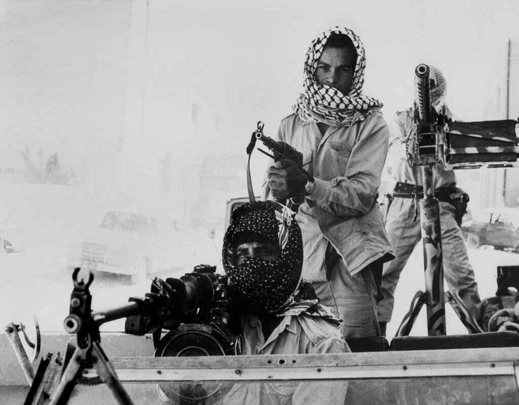 مقاتل فلسطيني خلال مواجهات مع الجيش الأردني في العاصمة عمّان في أيلول 1970