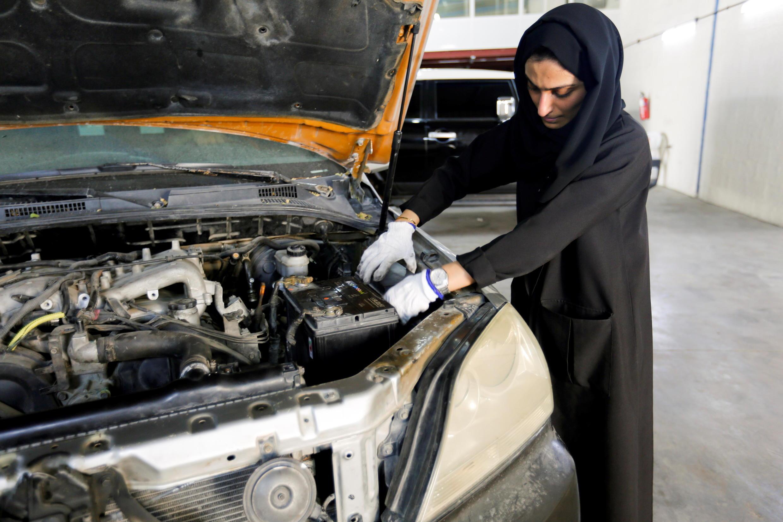 EMIRATES-WOMEN-CAR-REPAIR