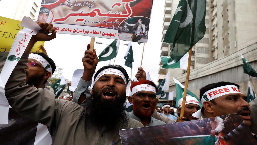 متظاهرون يحملون لافتات ويرددون شعارات أثناء حضورهم مظاهرة تضامنية مع مسلمي كشمير في كراتشي