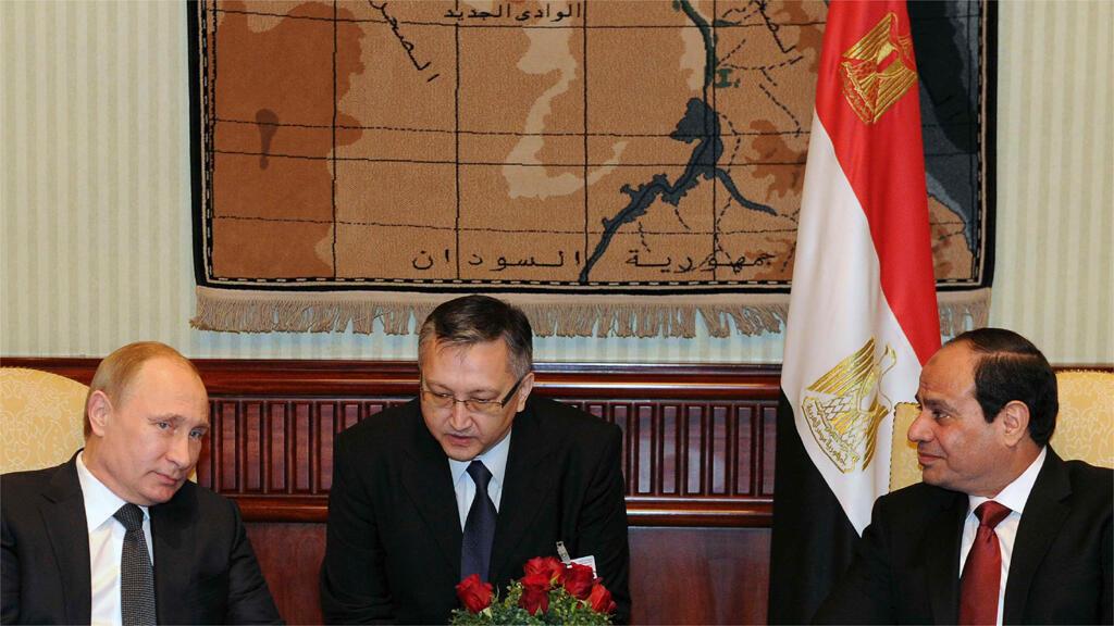بوتين والسيسي خلال اجتماع قصير في مطار القاهرة عقب وصول الرئيس الروسي إلى مصر في 9 شباط 2015