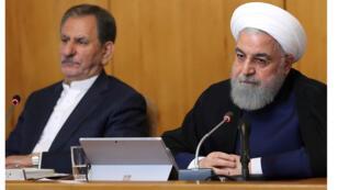 الرئيس حسن روحاني (إلى اليمين) والنائب الأول لرئيس الجمهورية الإيرانية إسحاق جاهانجيري (يسار) في اجتماع لمجلس الوزراء في طهران. قال روحاني بتقليص بعض أعماله