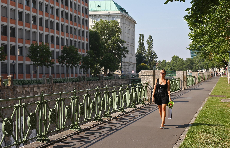 امرأة في أحد شوارع فيينا