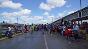مجموعة من المهاجرين على جسر عبور بحدود بويرتا المكسيك الدولي في ماتاموروس-