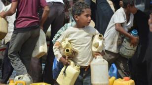 أطفال يملؤون جرارهم بالماء في الحديدة، اليمن (15-02-2016)