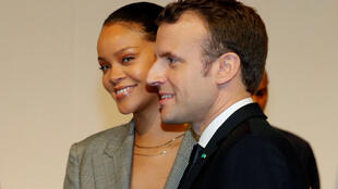 الرئيس الفرنسي ايمانويل ماكرون  مع النجمة العالمية ريهانا