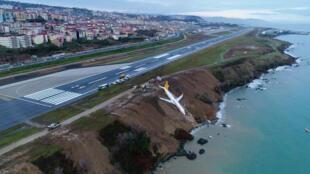 انحراف طائرة تركية عن عن مدرجها أثناء هبوطهافي مطار مدينة طرابزون التركية