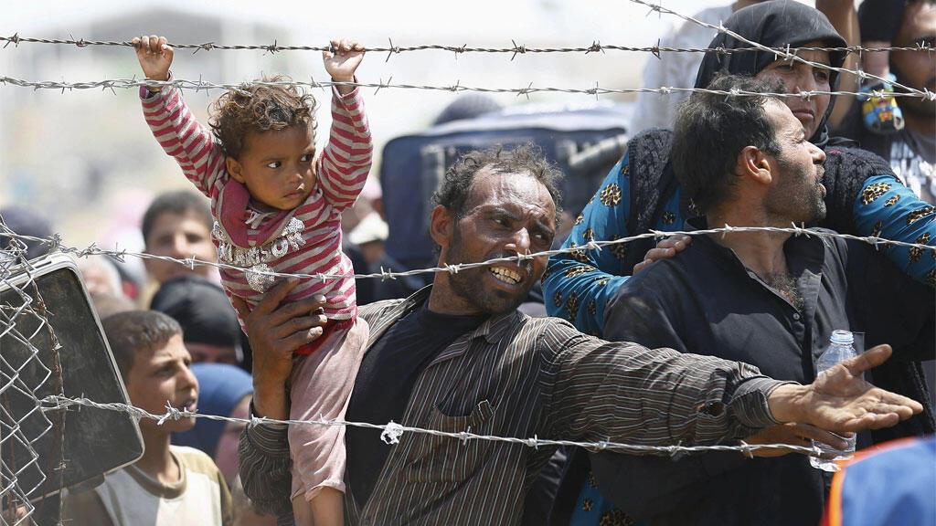 لاجئون سوريون يحاولون الدخول إلى تركيا