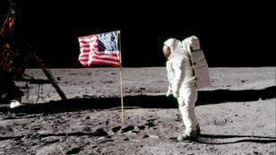 رائد الفضاء الأمريكي نيل أرمسترونغ على سطح القمر يوم 20 يوليو 1969