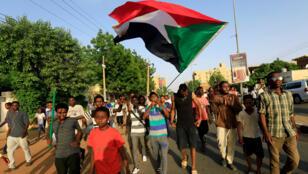 عدد من المحتفلين بالتوصل الى اتفاق بين المجلس العسكري وقادة الاحتجاجات في السودان