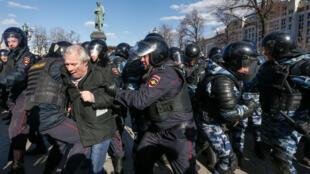 عناصر القوات الأمنية يفرقون مظاهرة ضد الفساد في موسكو