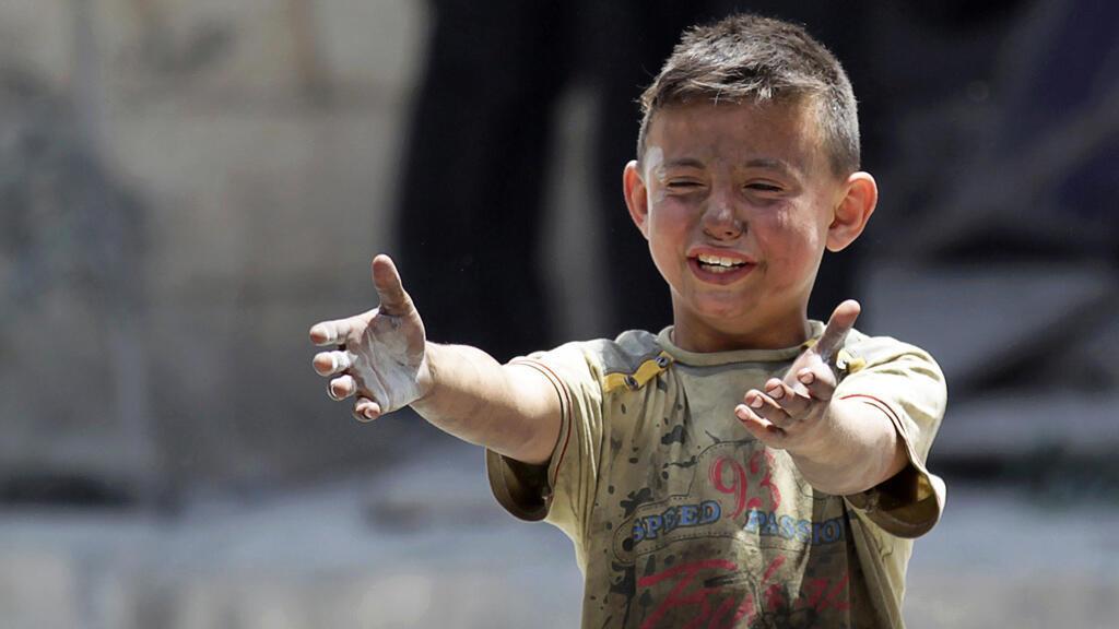 طفل فقد أخاه في قصف جوي على معرة النعمان في إدلب، في 02 يونيو 2016