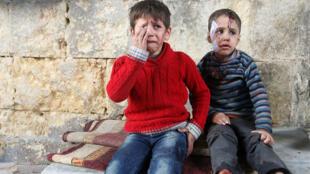 طفلان بعد غارة جوية على الاحياء الشرقية من مدينة حلب يوم 18 نوفمبر 2016