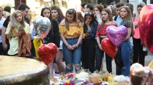 بريطانيون يعبرون عن تعاطفهم مع ضحايا  اعتداء مانشستر
