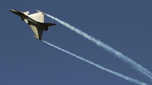 طائرة رافال الفرنسية  تحلق في سماء الهند