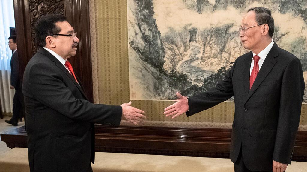 نائب الرئيس الصيني وانغ كيشان يستقبل السياسي السلفادوري مداردو غونزالز