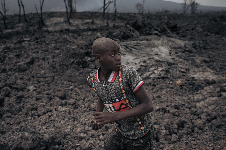 طفل يفر من بركان نيراغونغو