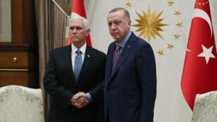 الرئيس التركي رجب طيب أردوغان (يمين) يرحب بنائب الرئيس الأمريكي مايك بينس يوم 17 أكتوبر 2019