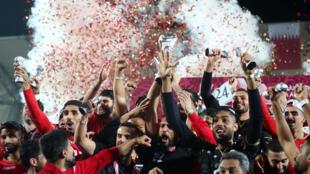منتخب البحرين يرفع كأس البطولة