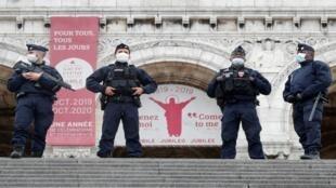 الشرطة الفرنسية أمام كاتدرائية