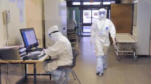 طاقم طبي يرتدي ملابس صحية واقية من فيروس كورونا في إحدى مستشفيات روسيا