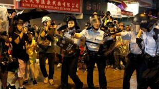 أفراد من شرطة مكافحة الشغب خلال مواجهة مع محتجين في هونغ كونغ