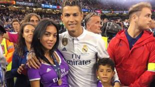 كريستيانو رونالدو وصديقته جورجينا رودريجيز وابنه كريستيانو جونيور في كارديف يوم 3  يونيو 2017 ( انستاغرام)