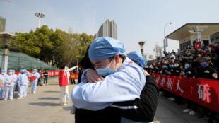 ممرضة تودع مريضة تداعت للشفاء من فيروس كورونا في مدينة ووهان الصينية