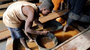 إستخراج الذهب في أفريقيا بشكل تقليدي