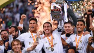 راموس يرفع كأس السوبر الإسباني بعد فوز ريال مدريد على أتليتكو مدريد