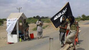 حاجز لتنظيم القاعدة في اليمن على مدخل مدينة زنجبار الساحلية الجنوبية