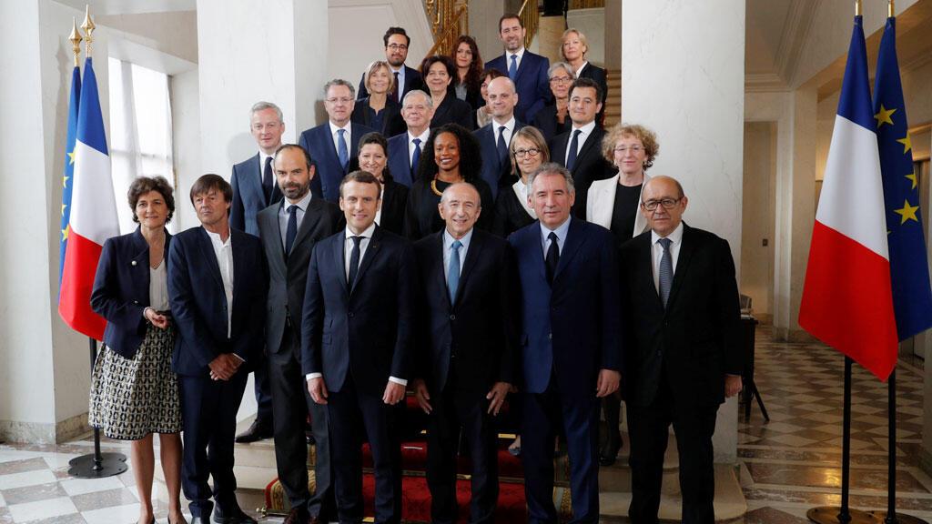 الرئيس الفرنسي إيمانويل ماكرون يتوسط الوزراء السابق إدوار فيليب وحكومته