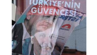 / راية للرئيس التركي رجب طيب أردوغان ورافعة لمحرم اينجه