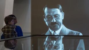 عرض عن هتلر في متحف الحرب الإمبراطورية في بريطانيا