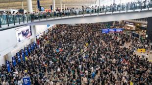 التظاهرات في مطار هونغ كونغ