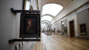 متحف اللوفر في باريس خال من الزوار في فترة الحجر الصحي