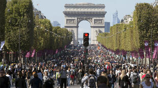 مواطنون يتجولون في جادة الشانزيليزيه ضمن فعالية باريس من دون سيارات